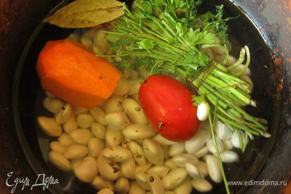 Замоченную на ночь фасоль отвариваем. В книге узнала, что вкуснейшая фасоль получается, если ее сварить с целым помидором, морковкой, петрушкой, перцем и лавровым листом.