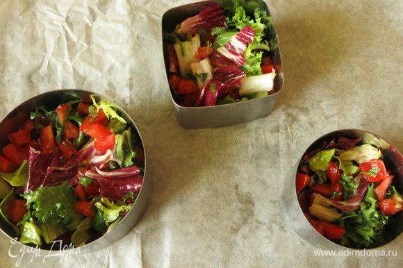 Ставим на пергамент кольца салатные. Вниз выкладываем салат.