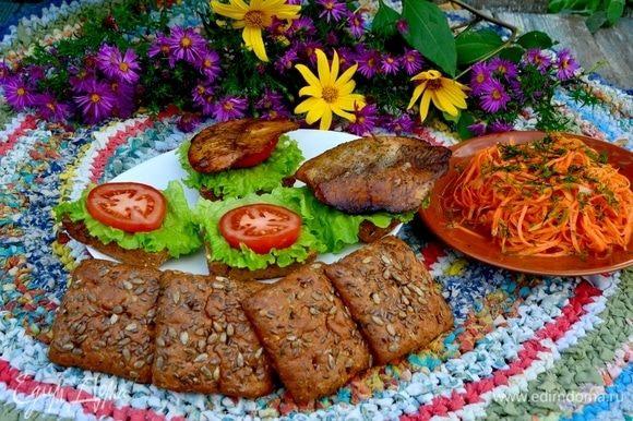 На хлеб выложить лист салата, помидор, рыбу.