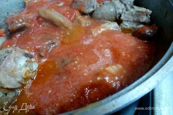 Влить томатный сок из измельченных помидоров и немного бульона. Нужно, чтобы мясо было полностью покрыто жидкостью.