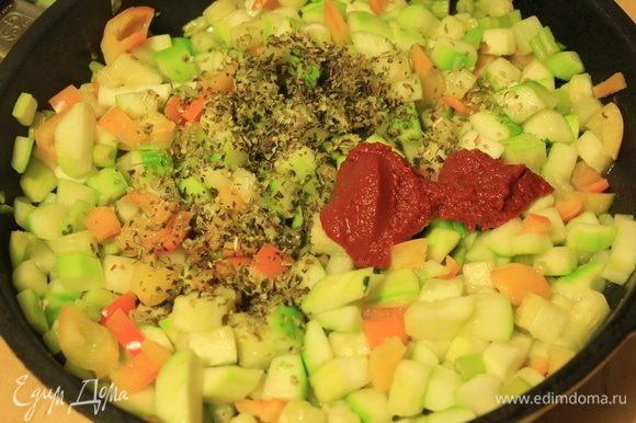 Овощи нарезать некрупным кубиком. В сковороду налить оливковое масло. Сначала минут 5 потушить стебли сельдерея, потом добавить перец и кабачок. Тушить смесь около 10 минут. Добавить приправы (у меня орегано и базилик), соль, перец и томатную пасту ТМ «Помидорка». Подержать еще пару минут. Соус готов.