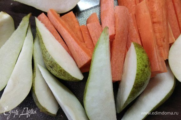 В это время займемся гарниром. Режем очищенную крупную морковь полосками, груши сорта конференция — ломтиками (фрукт делим примерно на 6–8 частей).