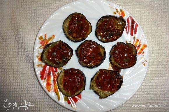 На каждый кружок выложить по чайной ложке томатного соуса.