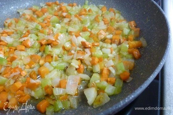 Приготовить софритто — пассеровку из овощей.