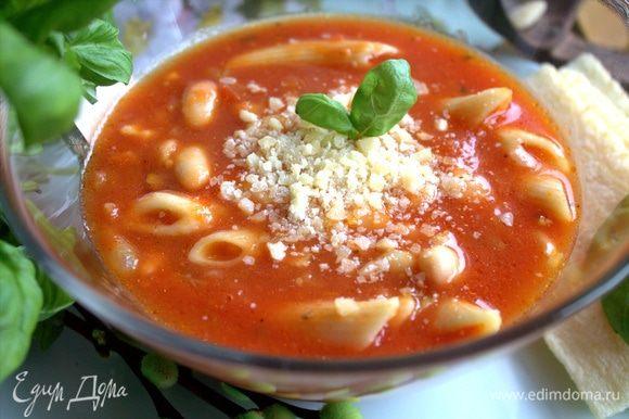 Посыпать суп пармезаном.