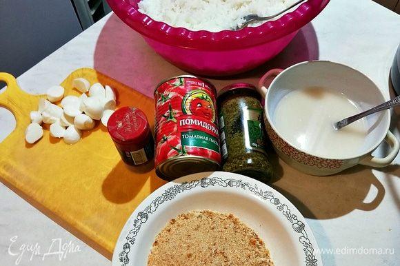 Подготавливаем все продукты. Рис я сварила заранее следующим способом: рис промыть до чистой воды, слегка посолить, налить воды на 2 см выше риса, поставить на газ и после закипания дать покипеть минут 7, затем выключить и накрыть крышкой, чтоб он впитал всю влагу и достиг нужной консистенции (очень важно, чтоб он не был рассыпчатым, как в плове), затем добавляем чеснок через чеснокодавилку, пока рис теплый, затем даем ему слегка остыть.