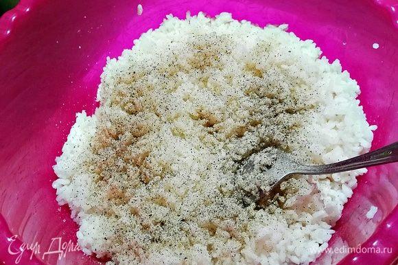 К рису добавляем соль и черный перец, перемешиваем. В миску глубокую кладем муку и заливаем стаканом воды, перемешиваем (эта жидкость нужна для того, чтобы аранчини были хрустящими).