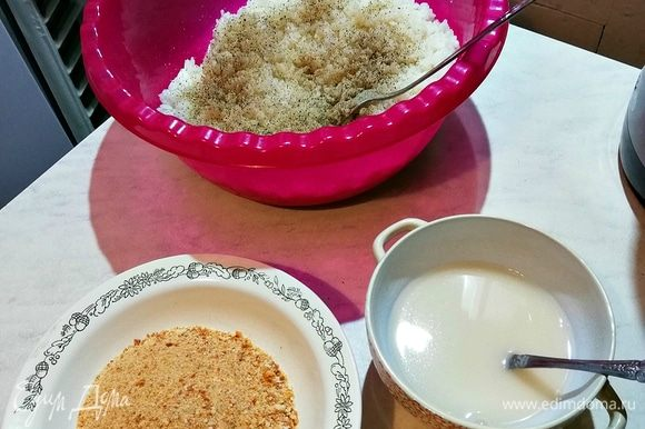 Затем шарик обмакиваем в воду с мукой, а потом обваливаем в сухарях панировочных и отправляем во фритюр или в глубокую сковороду с маслом.