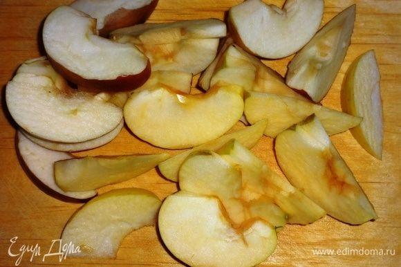 Яблоки помыть, разрезать пополам, удалить сердцевину. Нарезать яблоки крупными дольками.