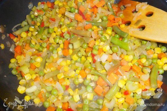 После того, как вино выкипит, добавить овощной бульон (или воду). Дать жидкости почти полностью выпариться. Посолить, поперчить. Снять сковороду с огня и накрыть крышкой. Овощи готовы.