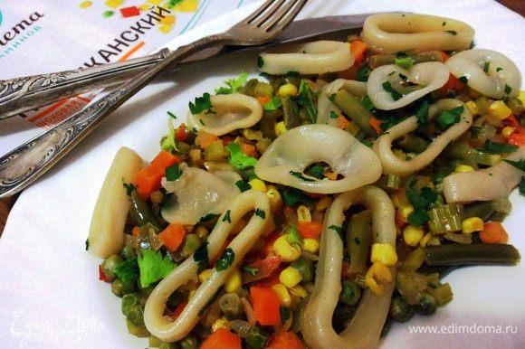 Соте из кальмаров с овощами готово. Приятного аппетита!