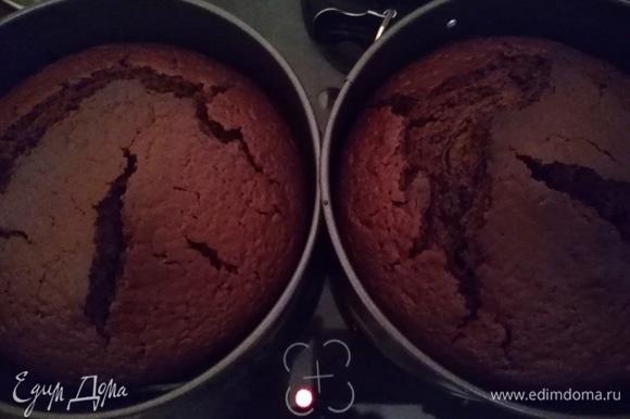 Подготовить формы для выпечки. Понадобятся 2 разъемные формы диаметром 22 см. Я захотела сделать высокий торт, поэтому взяла диаметром 18 см. Смазать формы растительным маслом. Разделить тесто на 2 формы. Выпекать 40 минут до сухой палочки.