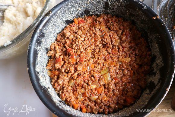 Начинку из мяса и овощей разделить на три части. Положить на рис 1/3 часть мяса.