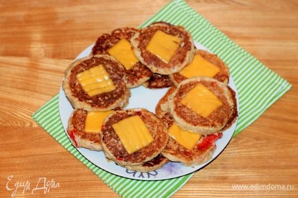 Котлеты из геркулеса с овощами подаются к столу в качестве самостоятельного блюда. Они очень вкусные как в горячем, так и в остывшем виде.