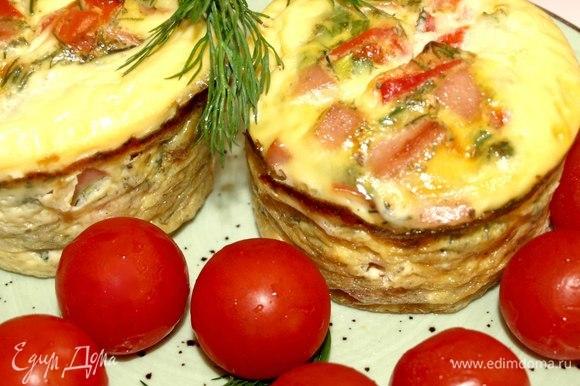 Готовые маффины достать, дать постоять немного в формочках. Достаем из формочек. Выкладываем на тарелку. Дополняем блюдо салатом или свежими овощами, зеленью. Прекрасно подать к блюду свежий хрустящий хлеб.