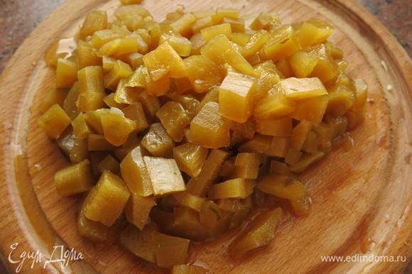 С огурцов срезаем кожуру, нарезаем мякоть кубиками. Огурцы засолены по рецепту «Огурцы с солодом».