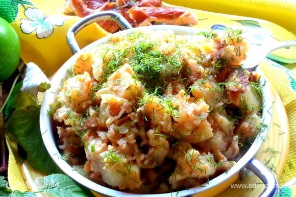 Посыпать блюдо сверху свежим укропом и подать горячим.