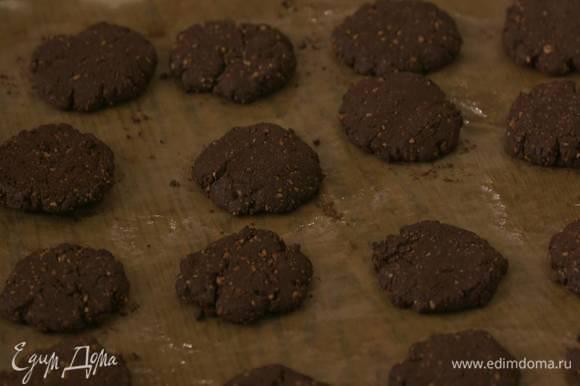 Выпекать печенье в разогретой до 190°С духовке 10 минут.