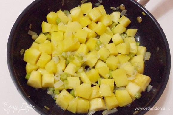 Тушить овощи еще несколько минут.