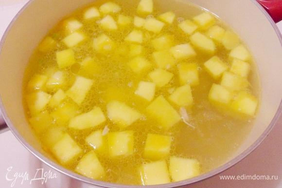 Выложить овощи в кастрюлю с кипящим бульоном, добавить кусочки курицы и варить около 10 минут.