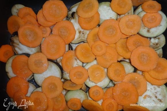 На баклажаны выложить кружки моркови.