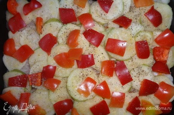 На лук положить слой кабачков, затем — перец. Немного посолить, поперчить.
