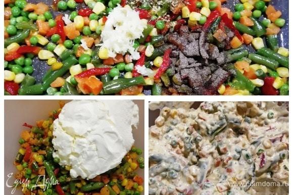 Пока корж выпекается, подготовим начинку. Обжариваем мексиканский салат в небольшом количестве растительного масла 2–3 минуты. Солим, перчим, добавляем чеснок и прованские травы и обжариваем все вместе еще 2 минуты. Добавляем творожный сыр комнатной температуры. Перемешиваем, и начинка готова.
