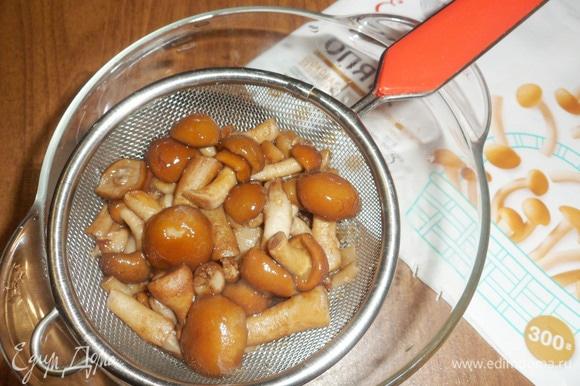 Отварить грибы в подсоленной воде около 10 минут. Затем откинуть на дуршлаг и нарезать мелкими кусочками.