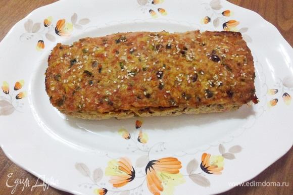 Блюдо это повседневное, но хочется подать его красиво. Выложим запеканку на большое сервировочное блюдо.
