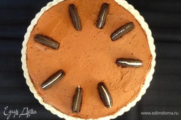 Покрываем торт сверху шоколадным кремом и декорируем половинками печенья.