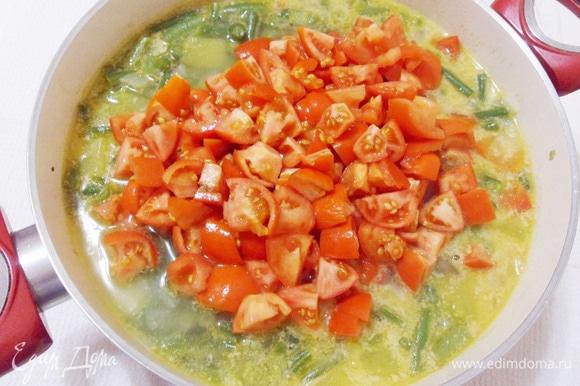 Помидоры бланшировать в кипятке, затем очистить от кожицы и измельчить. Добавить в суп вместе с сухими специями и варить еще около 10 минут.