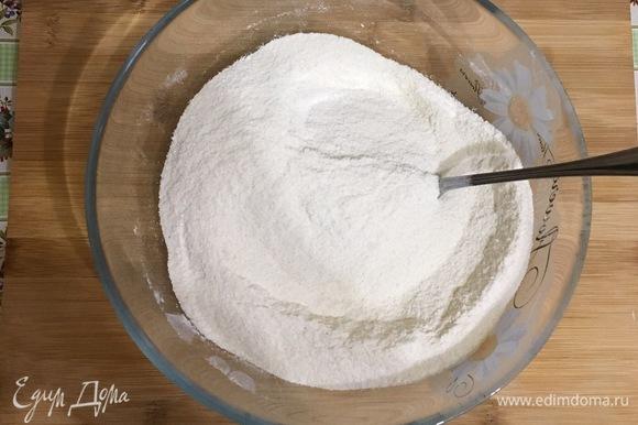 Отдельно смешайте муку, манку и сахар. Распределите получившуюся сухую смесь по трем стаканам в равных пропорциях.