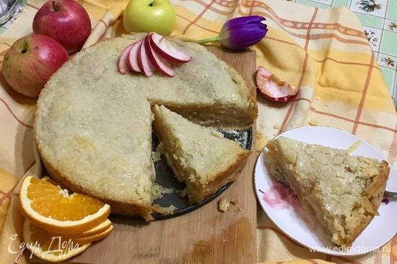 Достаньте готовый пирог из духовки и дайте остыть в форме.
