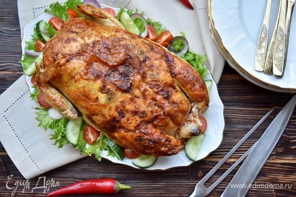 Запекать курицу в духовке, разогретой до 180°C, до румяности.