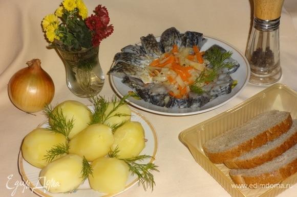 За это время приготовить картошку (я сварила). Выложить нашего маринованного карася вместе с овощами на тарелку и подать к горячей картошке. Украсить укропом. Прошу к столу! Приятного аппетита!