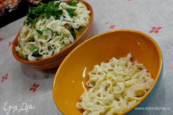 Для кого-то ближе подача, когда лапша кладется на дно тарелки. Овощи с мясом и бульоном — сверху.