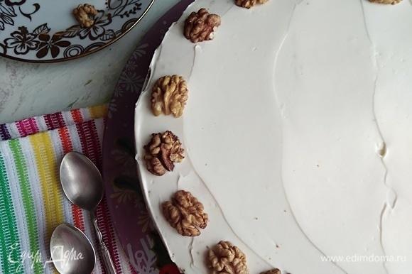 Украсить по желанию орешками.