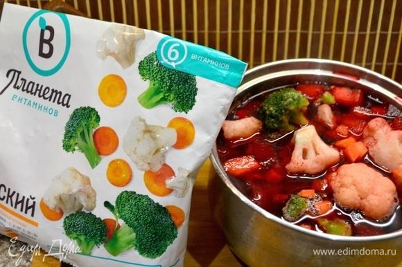 Чистим и моем картошку, морковь, свеклу. Нарезаем кубиками и отвариваем. Посолить, добавить сухую приправу из петрушки и укропа (данный супчик для кормящей мамочки). За 7 минут до выключения супа добавить овощную смесь ТМ «Планета витаминов». Цветная капуста и брокколи однозначно добавят вкуса и витаминов в наш супчик.