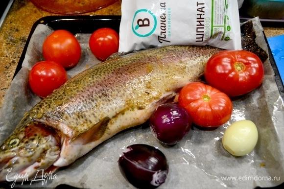Форель вымыть, натереть специями для форели, посолить, полить маслом и дать полежать отдохнуть. В это время подготовить овощи.