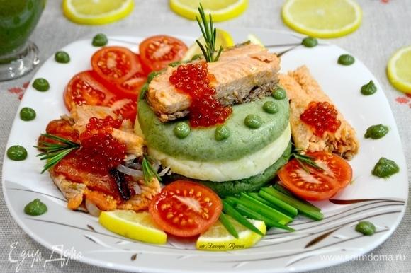 Завершаем подачу блюда, украсив блюдо соусом из шпината. Отдельно в сливочнике подать соус. Лимоном сбрызнуть рыбу и подать блюдо своим любимым!