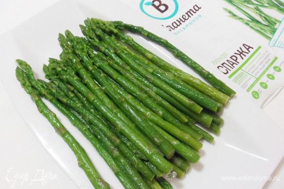 Берем замороженную спаржу ТМ «Планета витаминов». Быстрая шоковая заморозка позволяет сохранить все полезные свойства продукта.