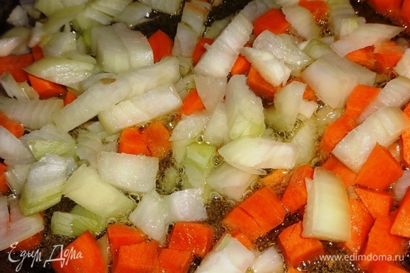 В сковороде разогреть растительное масло и обжарить лук с морковью почти до готовности.