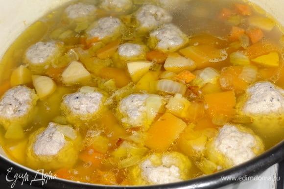 Положить в суп зажарку из лука и моркови и продолжать варить на небольшом огне.