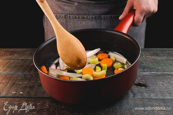Обжарьте овощи в другой сковороде с небольшим количеством оливкового масла.