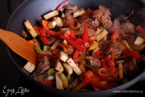 Добавить сельдерей, баклажан и сладкий перец, жарить еще 5 минут.