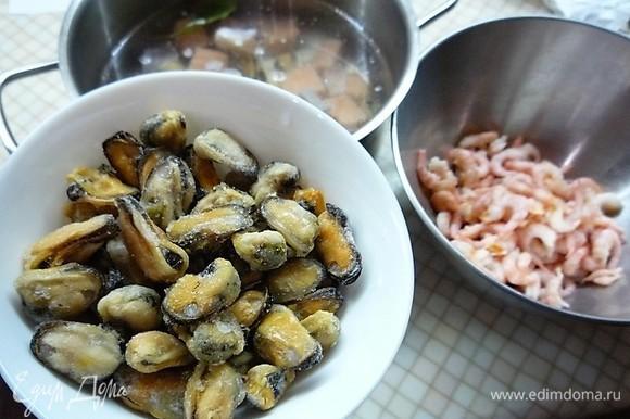 Добавляем к рыбе мясо мидий и очищенные креветки.