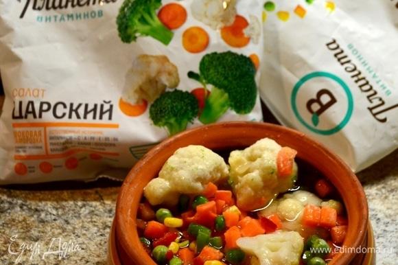 Смешиваем овощи из двух пакетов ТМ «Планета витаминов». У нас получится летняя мозаика ярких красок. Размораживаем и готовим 7 минут в духовке или микроволновке.