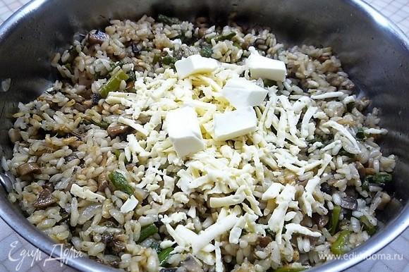 Снимаем сковороду с плиты, добавляем сливочное масло и натертый на крупной терке сыр. Добавляем рубленую зелень петрушки, аккуратно перемешиваем, накрываем крышкой и даем настояться 2–3 минуты.