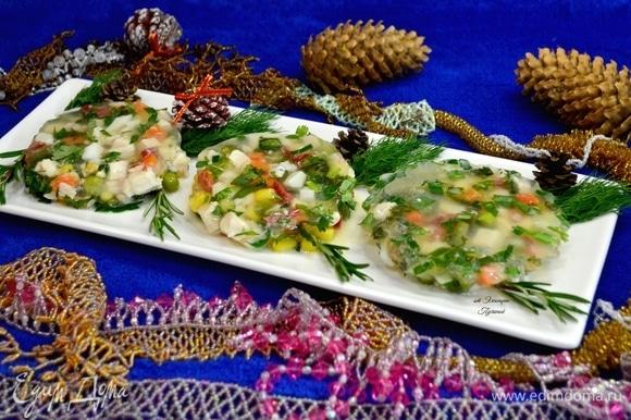 Подать заливное на отдельном блюде к отваренному рису или картошке. Украсить зеленью. Приятного всем аппетита!