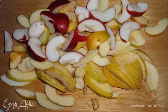 Яблоки и айву вымыть, удалить семена. Нарезать фрукты дольками.